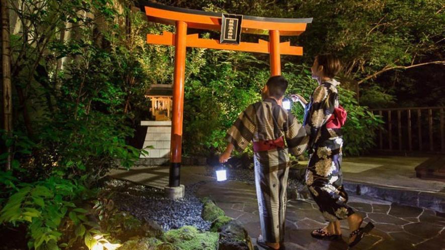 渓谷庭園の奥にある、温泉神社でお参りを