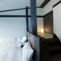 天井の高さを利用した「憩」スペースのある、最上階の露天風呂付客室
