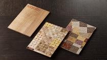箱根の伝統工芸、寄木細工を削った「ズク」を使った寄木はがき作り