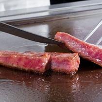 こだわりの松阪牛と旬の魚介類や野菜をシェフが目の前で調理いたします(迎賓館の料理一例)