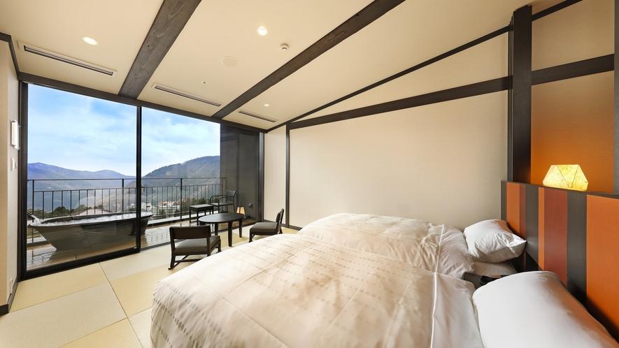 最上階の露天風呂付客室。外輪山を一望できるお部屋と渓谷側のお部屋がございます