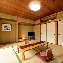 *【客室・10畳】窓は山側に面しており、四季折々の風景と共にゆったりとおくつろぎ頂けます。