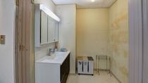 *【客室・ドミトリー】共同の洗面台や冷蔵庫がございます。