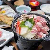 *【ご夕食】ヘルシー陶板焼きや旬の食材を使用したどこか懐かしい和食の温泉会席料理です。