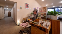 *【ロビー】特産品やオリジナル商品も販売。またNPO法人アール・ド・ヴィーヴルのアートを展示