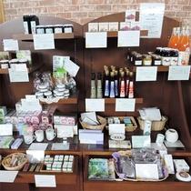 *ロビー売店/ハーブ商品や、ジュースやジャムなど手作りの加工品がずらり。