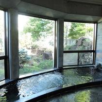 *大浴場ハーブ風呂/ハーブの心地よい香りに包まれる、大きな窓が開放的な男女別大浴場。