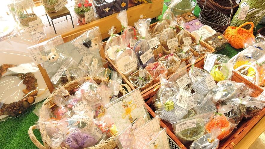 *野菜直売所/野菜だけでなくラベンダーやハーブを使ったオリジナル商品も販売。