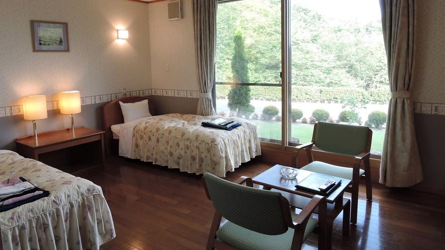 *ツインルーム一例/大きな窓から、阿武隈の山並みと綺麗なお庭を一望!