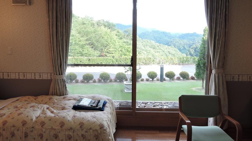 *ツインルーム一例/窓の外には美しく整備された緑のお庭が広がっています。