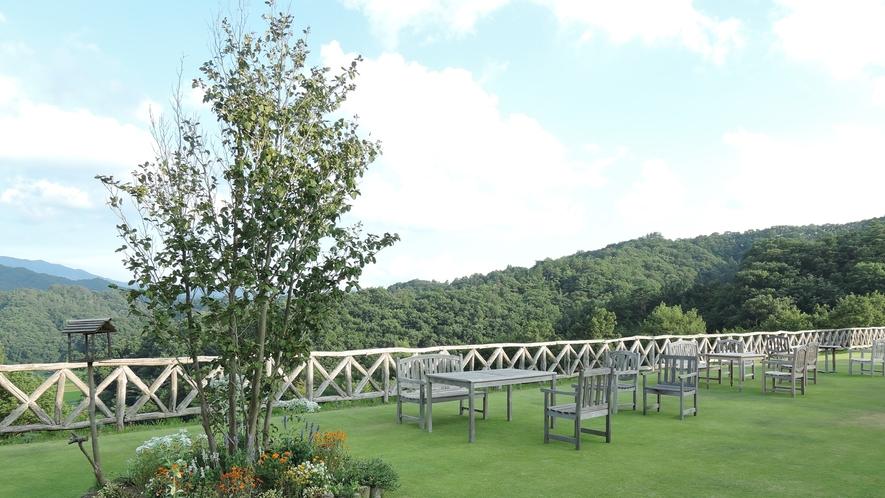 *みはらしカフェ/綺麗な緑のじゅうたんの上で過ごすカフェタイムは最高の贅沢。