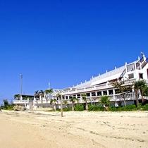 *外観/目の前は美しいビーチ!気軽にお散歩できます♪