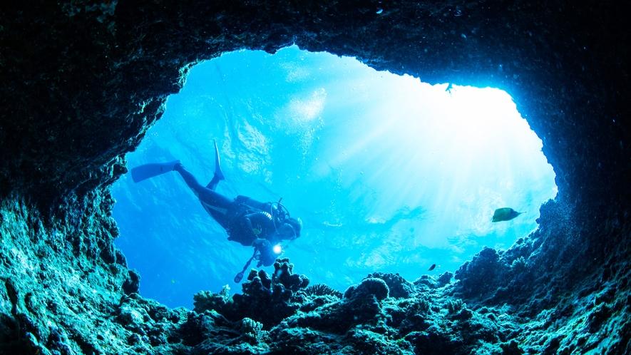 **青の洞窟/沖縄本島内指折りの人気絶景スポット♪シュノーケリングやダイビングをお楽しみ下さい!