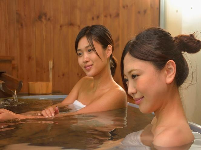熱海温泉でゆったりお寛ぎ下さい。*写真は貸切露天風呂