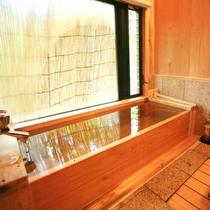 客室|【離れ】日の間/客室専用の檜風呂で温泉を満喫。