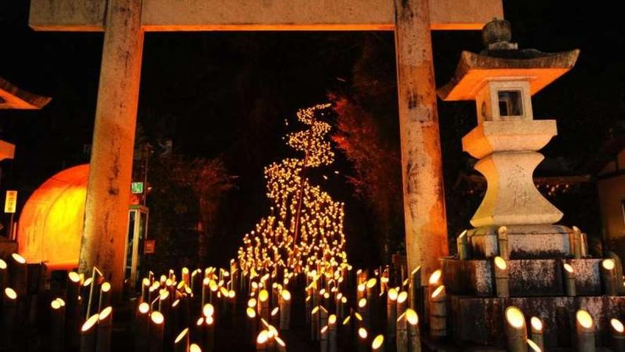 【たけた竹灯籠 竹楽】約2万本の竹灯籠が灯されます。屋台村も出店し郷土料理が堪能できます。