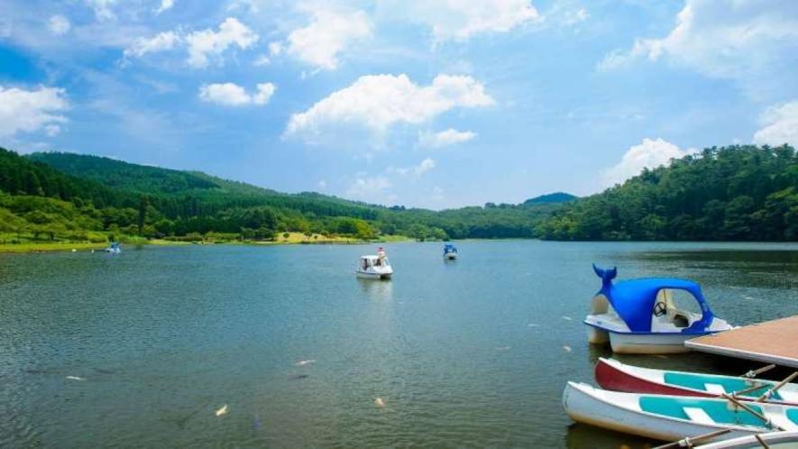 【志高湖】湖畔にはキャンプ場があり、湖面にはボートも浮かび1年を通して行楽客で賑います。