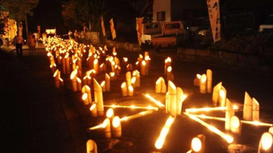 【たけた竹灯籠 竹楽】風情豊かな城下町に2万本の竹灯籠を灯し、幻想的な世界を演出します。