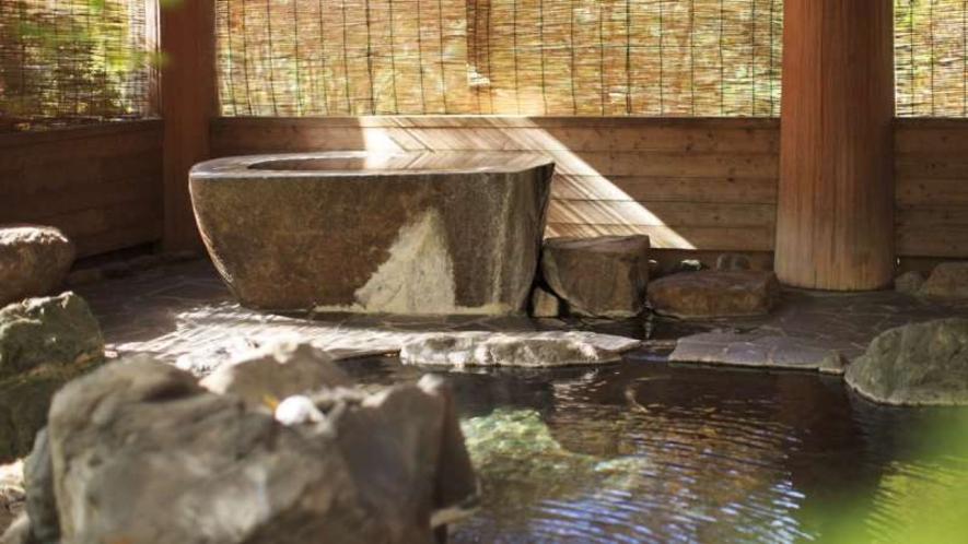 温泉|由布岳を望む大露天風呂は、庭木や岩と一体になった野趣満点の「浴場庭園」。