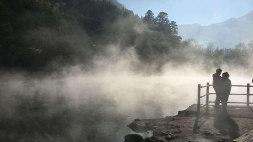【金鱗湖】温泉の湧く湖で岳本の池ともいう。四季折々で姿を変える風景は散策に最適!
