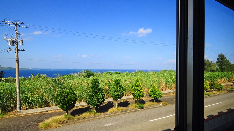 【室内】窓からビーチが見えるお部屋もございます。