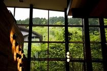 WOODSIDE dining 高い天井とガラス張りの開放感あふれる空間のダイニングです。