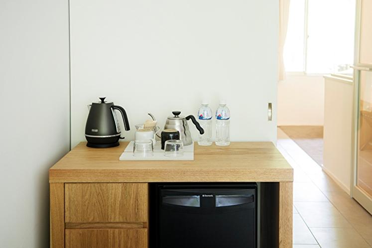 デラックスダブル 54平米 冷蔵庫※デラックスダブル以上でご予約の場合、ドリンクフリーとなります。