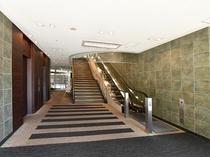 1階エレベーターホール。フロントは2階にございます。