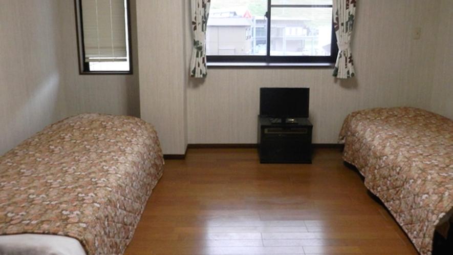 *【洋室9畳一例】洋間にツインベッドを配置。禁煙です。