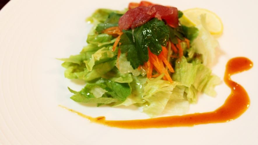 *【朝食一例】彩りがきれいなサラダ。