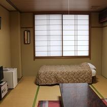 【和室6畳一例】こじんまりとした本館のお部屋です。