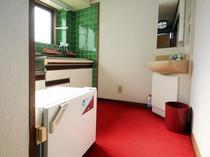 【喫煙和室8畳+居間(本館・離れ)A8】台所・冷蔵庫・洗面台の利用はご自由にどうぞ。