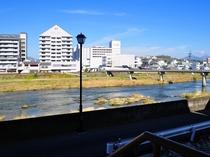 【景観】外の非常階段からは、今津屋橋と吉井川をご覧いただけます。