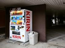 【駐車場】当館駐車場は普通車無料でご利用可能です。自動販売機の設置もございます。