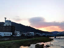 【吉井川と当館】清流吉井川のほとりに佇む当館では、一部の客室がリバービューとなっております。