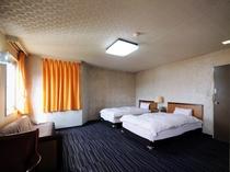 【喫煙ツイン(本館)A2】セミダブルベッドを2台設置した、ゆとりのある広々とした客室です。