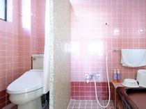 【喫煙和室8畳+居間(本館・離れ)A8】洗い場付きのバスルームとなっております。