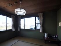 【喫煙和室8畳+居間(本館・離れ)A8】懐かしさを感じる離れの和室は、窓からの眺望も良好です。