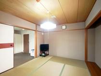 【喫煙和室6畳+居間(本館)A6】落ち着く畳の空間で足を伸ばしておやすみください。