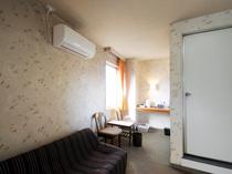【喫煙和室6畳+居間(本館)A6】今にはゆったりと寛げるソファーもございます。