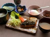 【朝食】和食一例。食事場所は、ロビー朝食会場にてお召し上がりいただきます。