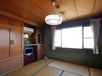 【喫煙和室8畳+居間(本館・離れ)A8】大きな桐箪笥を備え付けておりますので、収納力も抜群です♪