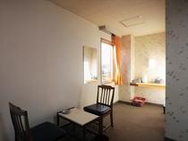 【喫煙和室6畳+居間(本館)B6】お布団は3つ、エキストラベッドは2つまでご用意が可能です。