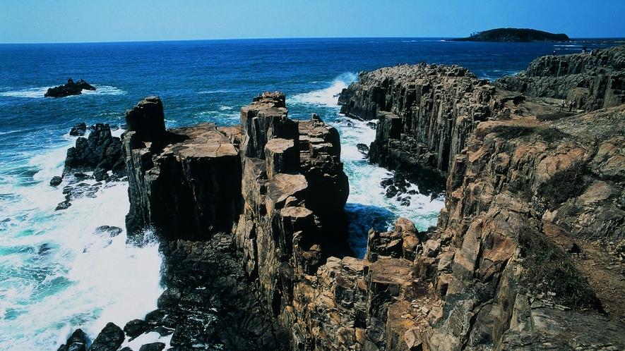 越前海岸は車で約1時間。隆起海岸による男らしい雄々しい奇岩断崖が特徴です。