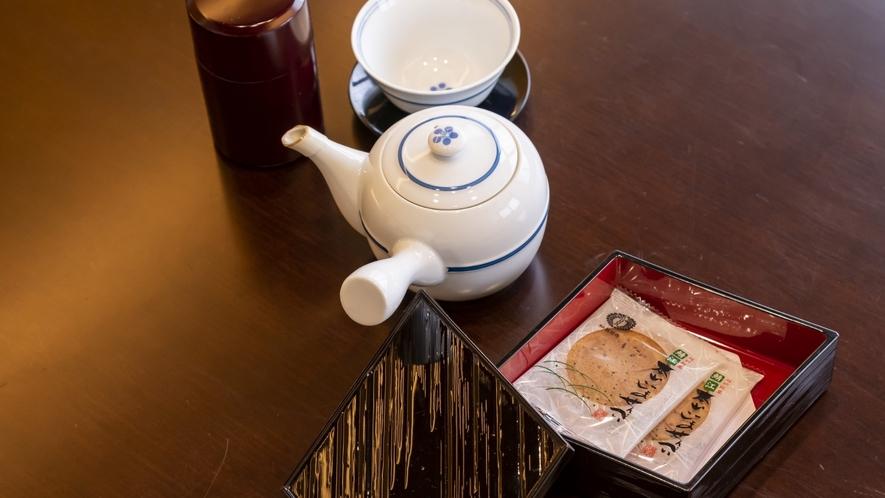 客室ではのんびりと、お茶菓子とお茶をご用意しております。
