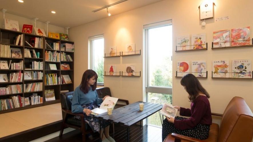 ちひろの絵本などを取り揃えた絵本ライブラリーには、気軽なセルフカフェコーナーも併設しています。