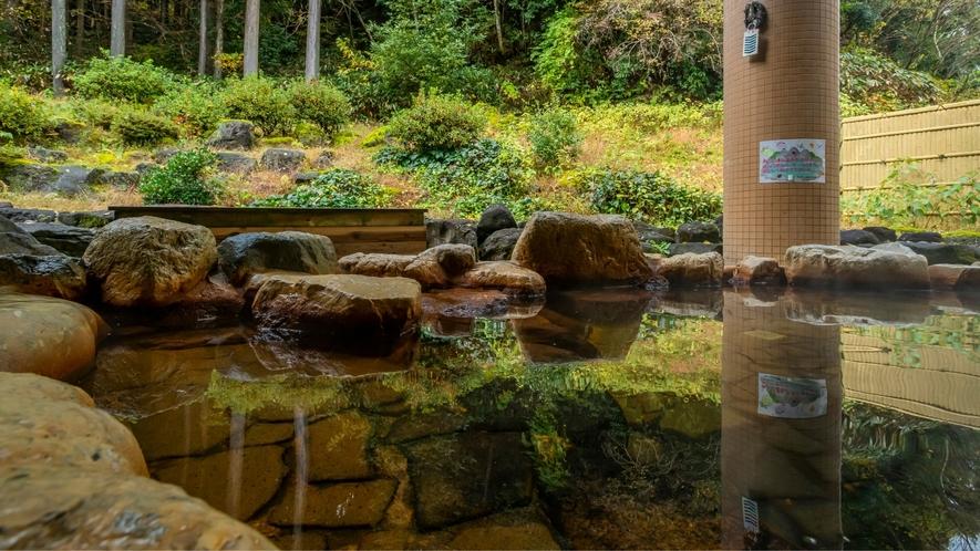 桧板と自然石を使った純日本風の露天風呂。 森林浴をしながらのんびりとかけ流しの源泉をご堪能下さい。