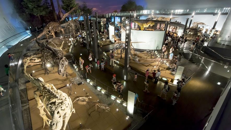 「福井県立恐竜博物館」には、大迫力の恐竜骨格が44体も!見ごたえ抜群です。