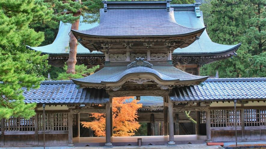 曹洞宗の大本山「永平寺」。古杉に囲まれ、荘厳なお堂には凛とした空気が流れています。