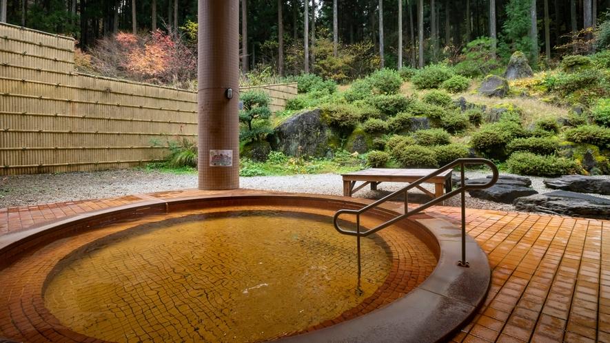 御影石を贅沢に使った洋風の露天風呂。和風風呂とはまた違った趣きでゆったりと足を延ばしてお寛ぎ頂けます